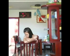 【成人视频】1艺校漂亮长发美女自家客厅脱衣走秀