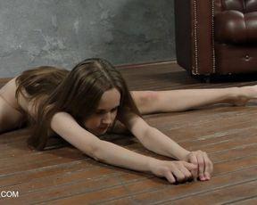 Abel Rugolmaskina super-sexy naked splits