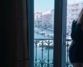 Nadia Tereszkiewicz, Valeria Bruni-Tedeschi, Juliet Doucet - Seules les betes (2019) celeb lesbian scenes
