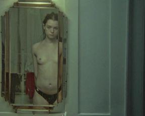 Esme Creed-Miles sexy - Jamie (2020)