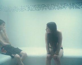 Sophia Leboutte, Julie Neenemaggi nude - Thermes (2010)