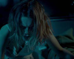 Simone Geissler, Valerie Stoll - Wo kein Schatten fallt (2018) celebrity hot video scene
