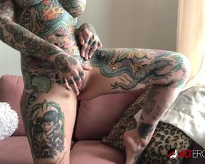 Tattooed Tiger Lilly masturbates while quarantined