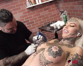 Naked Model Amber Luke masturbates while getting tattooed