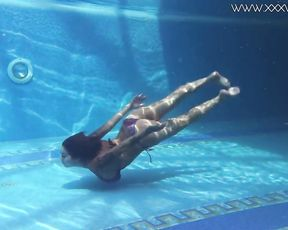 Underwater erotics with super hot ginormous knockers Heidi