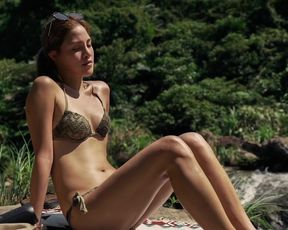Joan Loluo - Clearwater (2020) Celeb a sans bra sequence from the vid