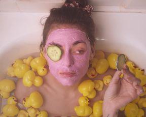 Alexia Cicard sexy - Je suis l'ennui (2021) Hot Bath Scene