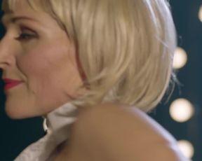 Tanja Wedhorn nackte - Fritzie-Der Himmel muss warten-Eine Frage der Haltung (2021) striptease naked on stage scene