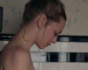 Amanda Seyfried, Natalia Dyer â Things Heard & Seen (2021) Celebs Nude Scene