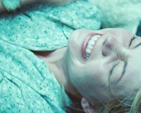 Michelle Williams nude - Blue Valentine (2010)